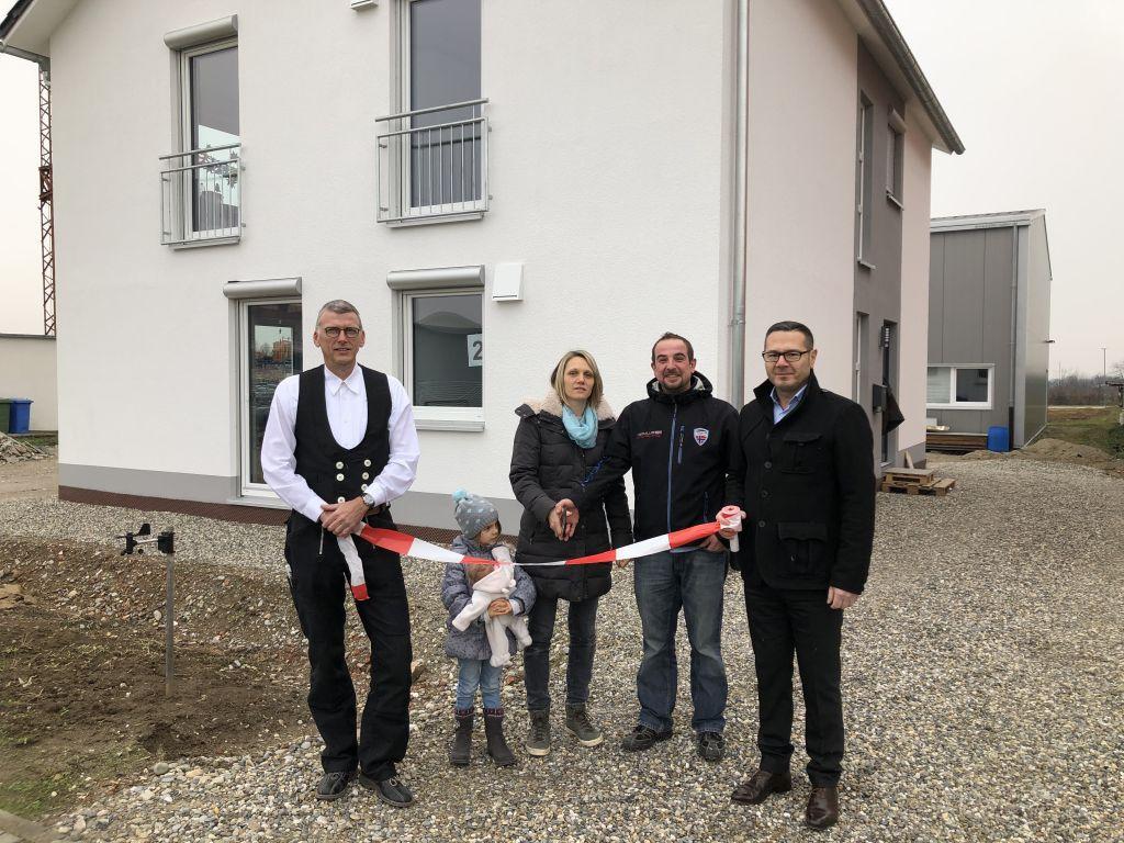 Familie Durand bei der offiziellen Hausübergabe